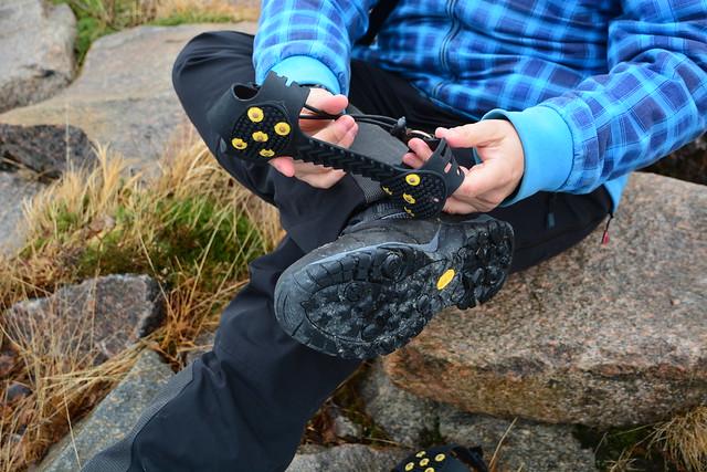 Añadiendo una suela antideslizante a mis botas Hi-Tec para cruzar un lago helado en Laponia Noruega