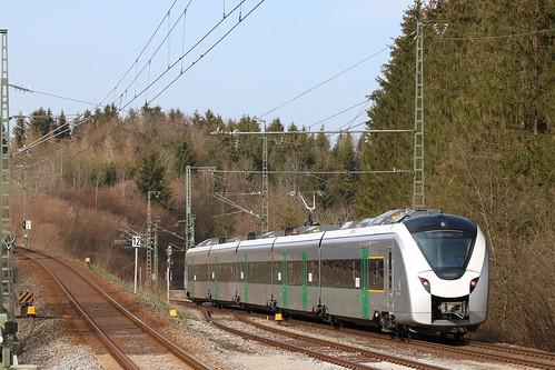 1440 703 verlässt den Bahnhof Kreuzstraße