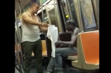 Hombre es filmado cuando se quitá su franela y se la dió a un mendigo en el metro (VIDEO + INCREIBLE)
