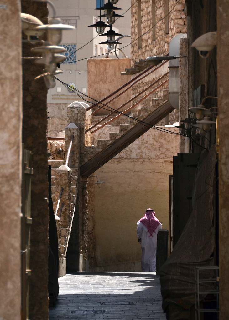 Solitarias calles del zoco viejo de Doha cuando aún no está abierto
