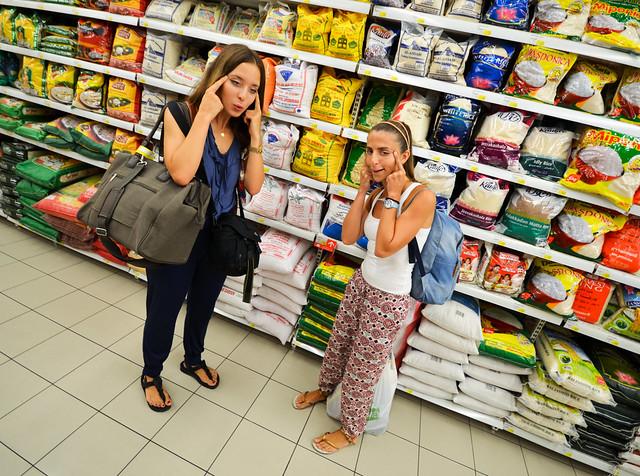 Junto a inmensas bolsas de arroz que encontramos en el supermercado de Doha en Qatar