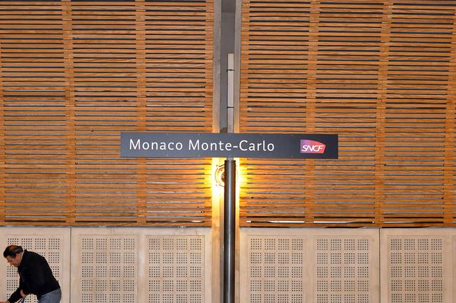 """Unsere dritte und letzte Zugfahrt ab Bahnhof Nizza. Es ist der 4. März 2016, mein Geburtstag und strahlender Sonnenschein. Unser Ziel ist das Fürstentum Monaco. Die Fahrt kostet pro Person """"aller/retour"""" 7,80 EUR. Auf dem Bahnhof in Monaco (Gare de monaco) steht ein Klavier und ein Schild lädt die Reisenden ein: """"A vous de jouer"""". Vielen Dank, aber leider kann ich nicht Klavier spielen. Foto Brigitte Stolle März 2016"""