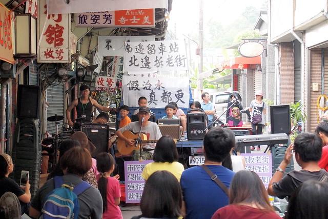 聲援團體和自救會舉辦音樂會,達卡鬧以台東反美麗灣運動,痛訴政府違背民意。攝影:李育琴
