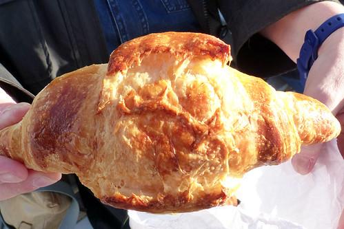 """Nizza: Frühstück am Meer unter einer milden März-Sonne. Es gibt knusprige Buttercroissants und Petits pains au chocolat, Espresso und dicke heiße Schokolade """"italienische Art. Foto Brigitte Stolle 2016"""