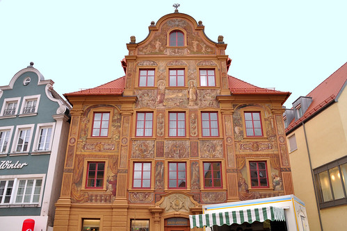 """Gerade eben noch am Fluss Kocher, jetzt schon an der Jagst. Wir befinden uns in Ellwangen, einer hübschen kleinen Stadt in Baden-Württemberg, nahe der Grenze zu Bayern. Die Altstadt von Ellwangen mit dem Marktplatz und den strahlenförmig verlaufenden Straßen und Gassen, ist nett anzuschauen. Tolles Fotomotiv: das Haus Zimmerle, eines der ältesten Wohngebäude und frühere Poststation. In Ellwangen befindet sich auch der Antiquitätenladen (Antikladen) von Albert Maier, einem der Kunstexperten von """"Bares für Rares"""". Er hat uns dabei erwischt, wie wir durch das Schaufenster nach ihm Ausschau hielten, kam gerade von hinten an und sagte freundlich """"Grüß Gott"""". Nach einem Stadtbummel stärken wir uns im Café Ratsstube und nehmen aus der Konditorei ein paar Mitbringsel mit: Ellwanger Schlossgespensterle, köstliche Pralinen in Gespenstform. Schloss Ellwangen und Schlossmuseum stehen für morgen auf dem Programm. Heute wollen wir uns noch die Basilika St. Vitus anschauen, der ein eigener Artikel gewidmet ist, und dann weiterfahren zum Blootz-Essen."""