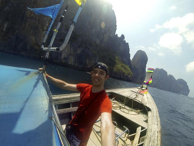 Llegando en longtail a la isla de Koh Phi Phi Lee en dirección a Maya Bay