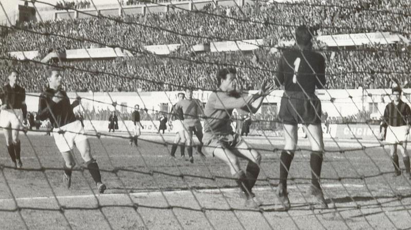 Memo Prenna, in azione contro il Milan, a segno nei 4-3 rossazzurri anni sessanta
