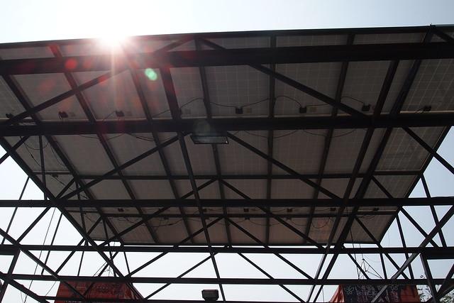 解放屋頂,架設7KW太陽能光電,供電即發即用不賣電。攝影:李育琴