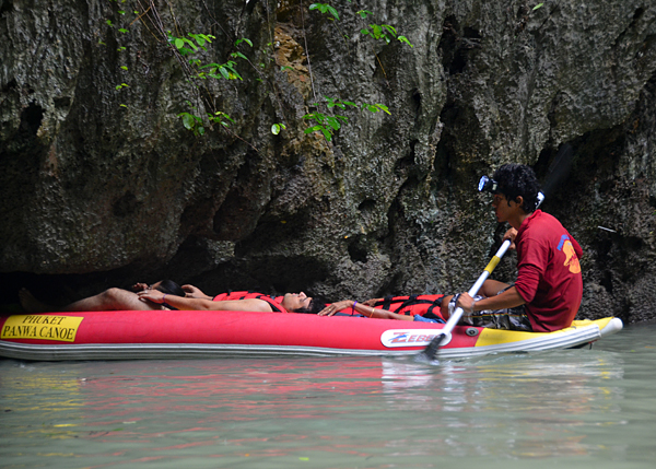 Entrando tumbados en los kayak por los que navegamos en Ko Phanak