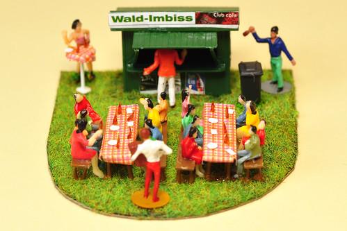 Modellbau H0 Figuren Diorame Wald-Imbiss Biergarten Bänke Imbiss Bier Würstchen Wald Musik Kleine Welt kleine Welten Makrofotografie Brigitte Stolle Mannheim 2016