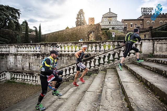 Τα απαιτητικά σκαλιά δεν μπορούν να λείπουν από έναν αυθεντικό αγώνα city-trail. Η ιστορία της πόλης ξεδιπλωνόταν γύρω μας!