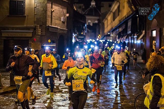Εντυπωσιακό το ποτάμι των αθλητών μέσα στα πλακόστρωτα της Φλωρεντίας στον νυχτερινό αγώνα!