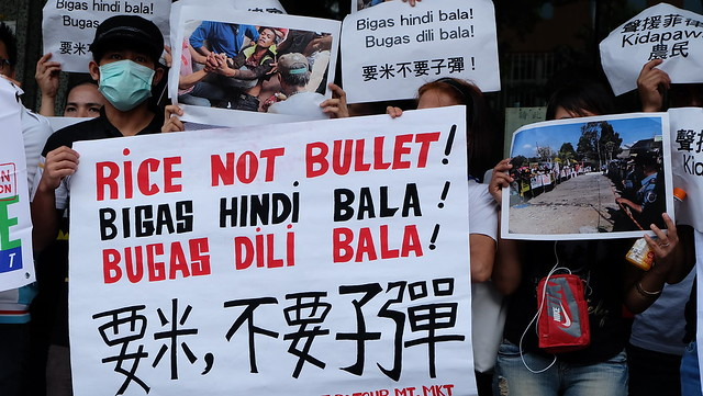 「要米,不要子彈」在台菲人與台灣民眾抗議菲國帕萬屠殺事件槍殺農民。攝影:陳文姿