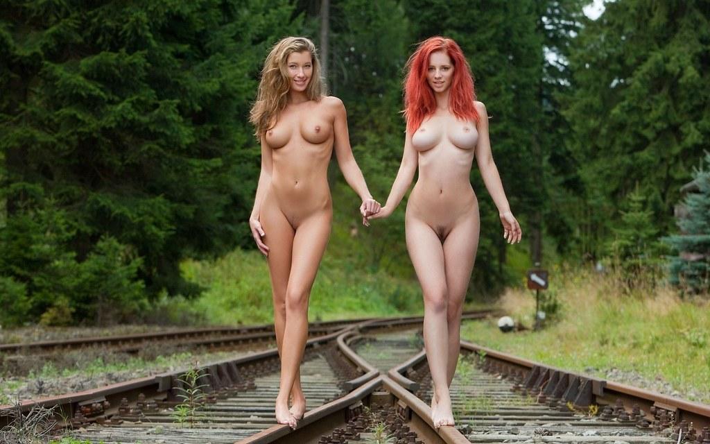 Две голые девушки фото