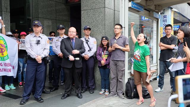 馬尼拉經濟文化辦事處菲僑服務主任Keefe Dela Cruz接受民眾請願書。在台菲律賓民眾抗議菲國政府槍殺農民。攝影:陳文姿