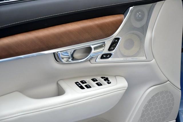 Enerijerom S90 dominiraju prirodno drvo, meka perforirana koža i aluminijumski detalji