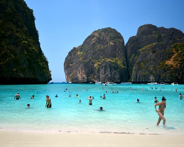 Orilla de la playa de Maya Bay en las islas Phi Phi