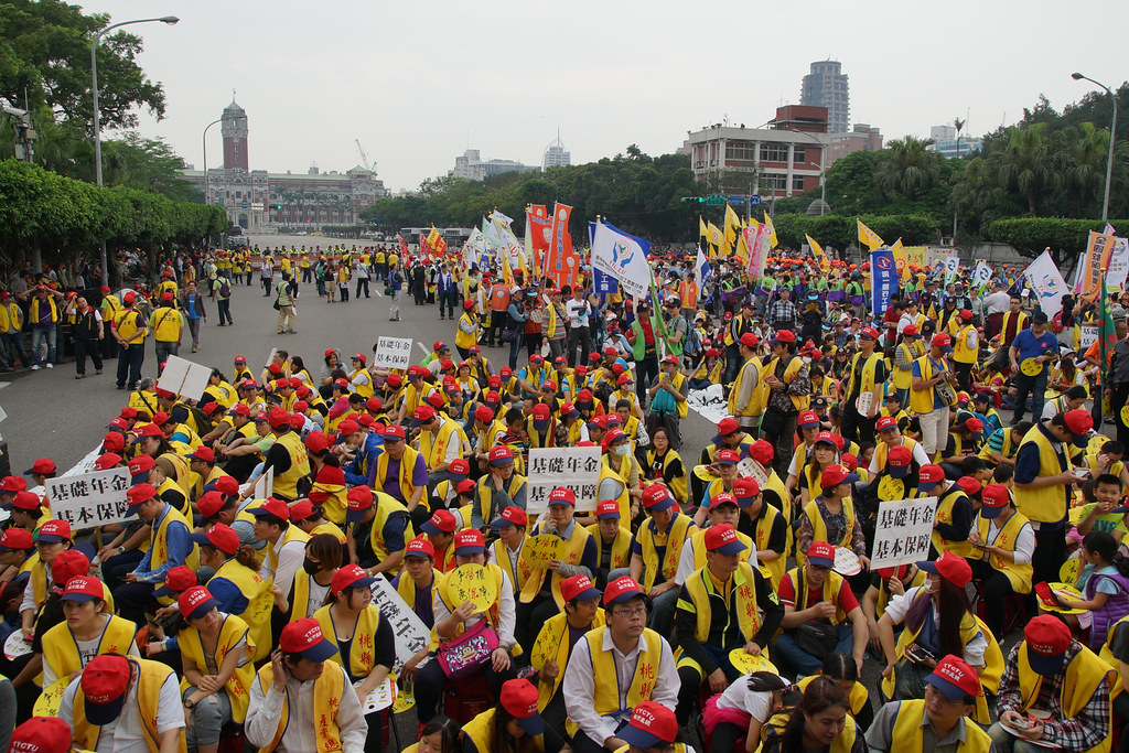 遊行隊伍集結在總統府前。(攝影:王顥中)