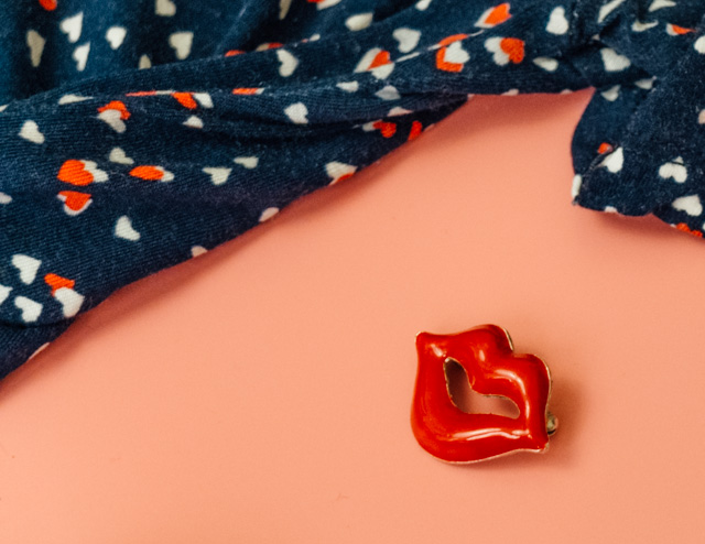heart pattern dress and retro lip brooch