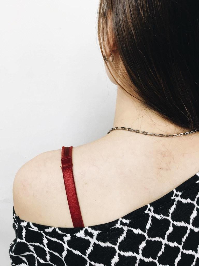 「拉肩帶」是許多人成長時期的共同回憶,也經常遭致爭議,被高度問題化。
