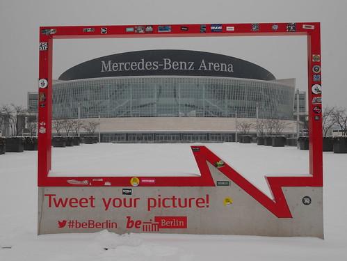 Mercedes-Benz Arena im Rahmen