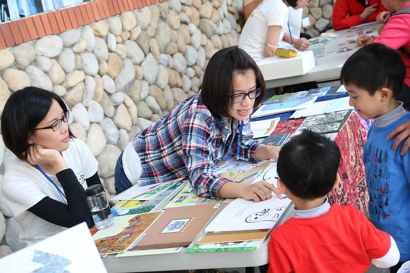 工作人員給小朋友講解綠繪本。攝影:郭叡。