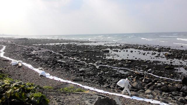 近2公里的岸際油污範圍。攝影:林倩如。