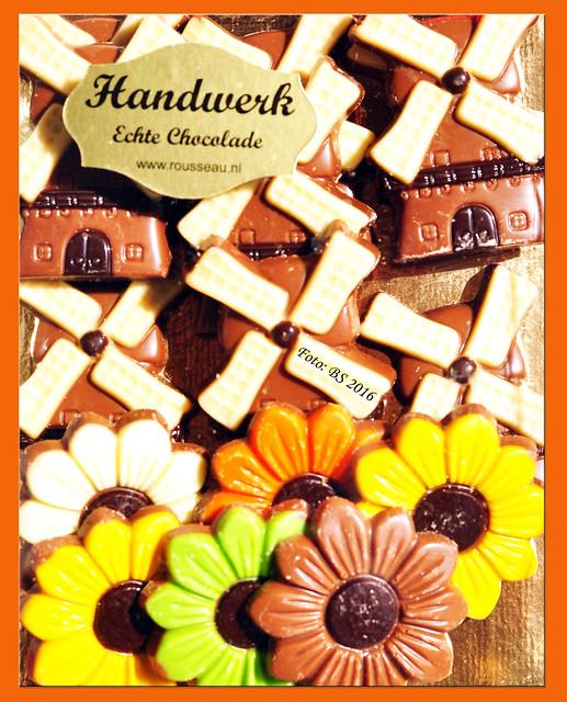 """Tulpen und Windmühlen - ein deutsches Holland-Klischee? Auf unserer kleinen Holland-Rundreise habe ich 1 Mühle gesehen und auch nicht viel mehr Tulpen als in den Vorgärten zu Hause. Aber da war ich wohl nur am falschen Ort, denn der Keukenhof stand nicht auf dem Programm. Auch die Windmühlen von Kinderdijk und Schiedam lagen nicht auf unserer Route. Trotzdem machen sich Mühlen und Blumen als Holland-Mitbringsel gut. Ich habe sie in Schokoladenform gewählt und die Beschenkten assoziierten sofort mit Holland, was ja Sinn der Sache war. Die """"Chocolade"""" hat übrigens SEHR gut geschmeckt. Die Blumen und Mühlen waren schließlich feinste Chocolatier-Kunst, """"Handwerk"""", was auf Deutsch """"Handarbeit"""" bedeutet. Tulpen habe ich dann übrigens nach meiner Rückkehr im Mannheimer Luisenpark gesehen: in Massen und Unmengen, ein Blütenmeer und wahrer Farbenrausch. Wer Tulpen liebt, muss also dafür nicht extra nach Holland fahren, sondern sollte im April und Mai unbedingt nach Mannheim kommen ! Foto Fotocollage Brigitte Stolle April 2016"""