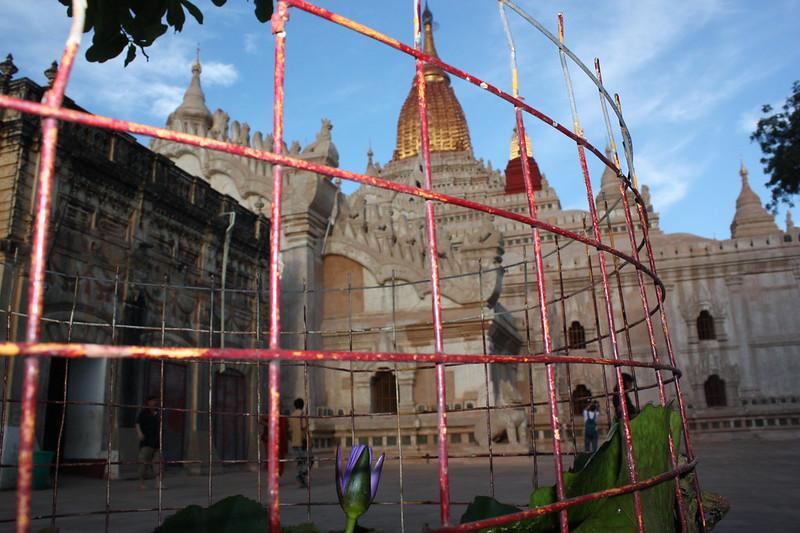 Двор храма Ананда (Ananda) в Багане
