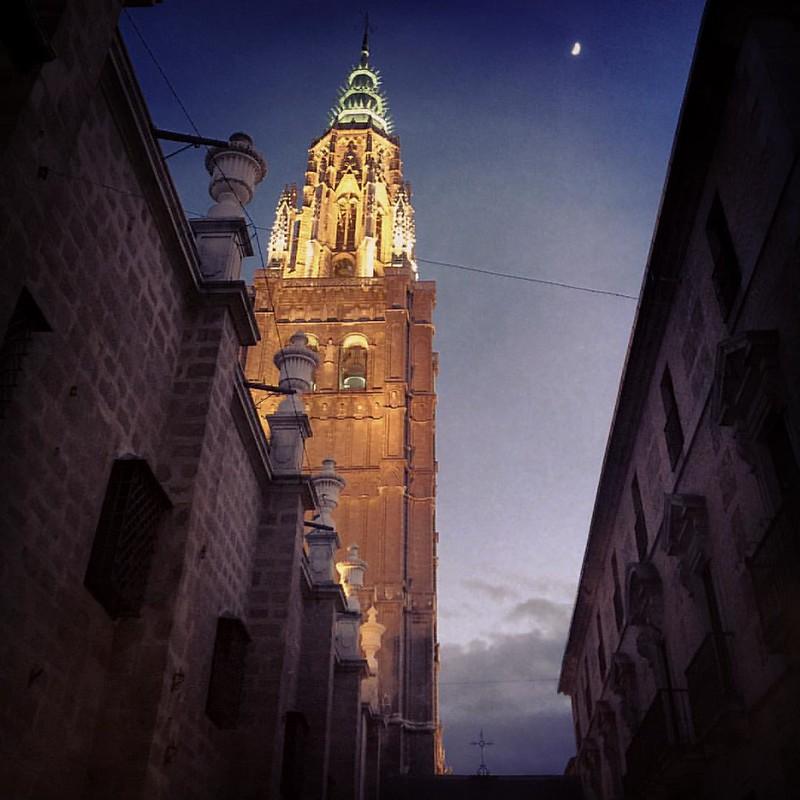 Torre de la Catedral con luna
