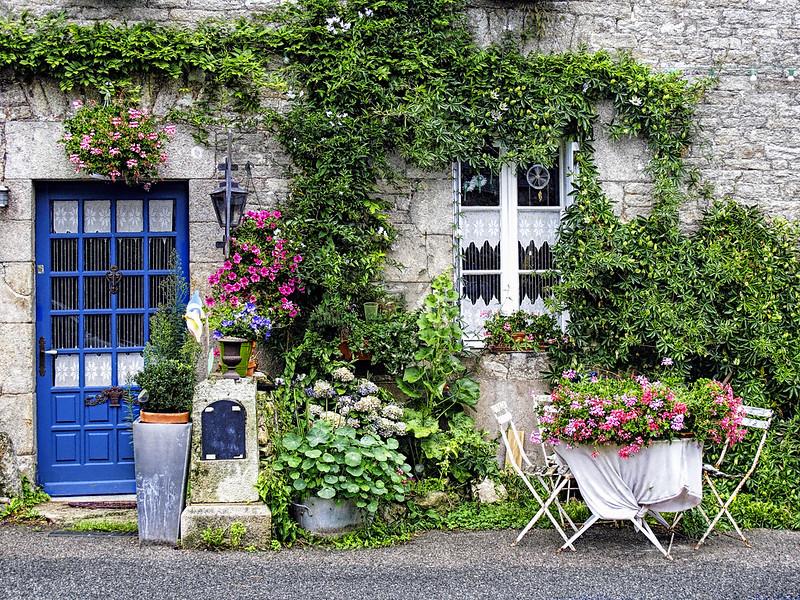 Rincón florido en una casa rural