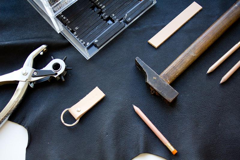 1848b5ed0ff1 Pour réaliser ce DIY, il vous faut   – un morceau de cuir pour ceinture (ou  une ceinture) – un anneau – un rivet – un marteau – une perforatrice pour  cuir