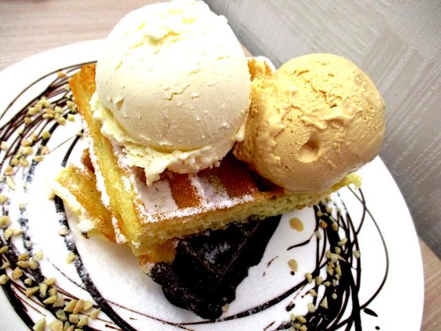 Double scoop Brussel waffle