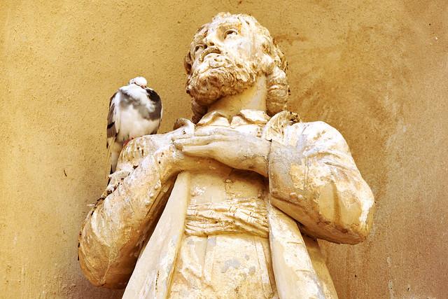 Die Altstadt von Menton liegt idyllisch auf einem Hang; gleich zwei Barockkirchen zieren den Kirchplatz (Place d'Église), den man über eine stufenreiche Treppe erreicht: die Basilika Saint-Michel Arcànge von 1675 (mit einem Altarbild von Andrea Manchello) und die Chapelle de la Conception der weißen Barfüßer (Pénitents Blancs) von 1687, an der besonders die Fassade mit Blumengirlanden und ein schöne Giebel auffällt. - Außerdem ein kurzer Blick auf und in die Chapelle Saint-Roch. Foto Brigitte Stolle Februar 2016
