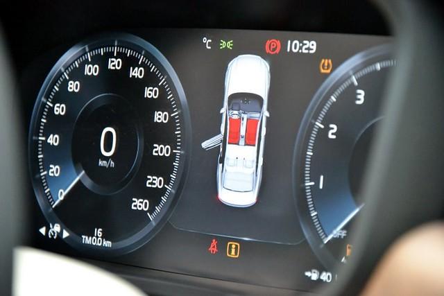 Pored centralnog velikog displeja, iza volana je dodatni veliki ekran za najitnijim informacijama za vozača