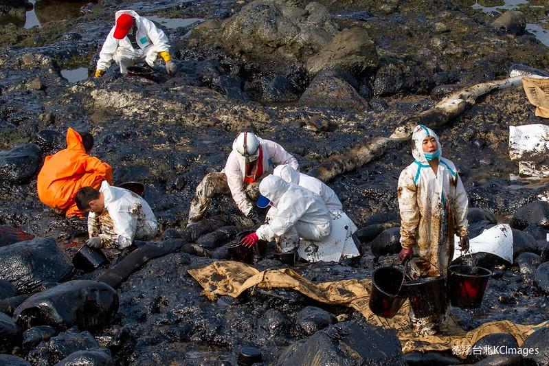 之前一點一點地漏油,岸際除油彷彿永無止境。圖片來源:Kai Chou。