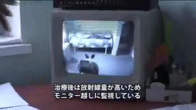 由於放射性碘治療,會讓身上暫時會有較高的輻射,得透過監視器畫面才能跟病童通話。圖片來源:影片截圖。
