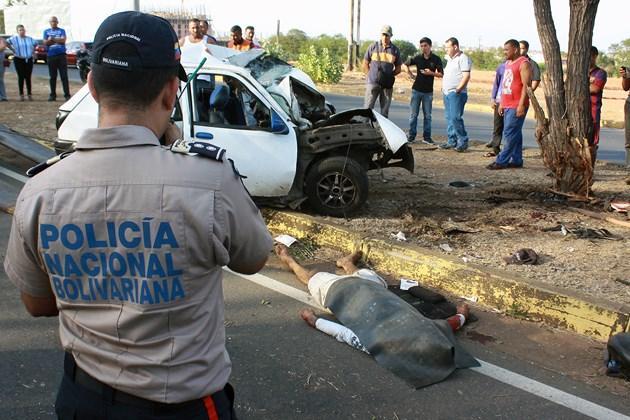 Dos hombres pierden la vida tras impactar contra un árbol ubicado en la Av. Fuerzas Armadas en Puerto Ordaz