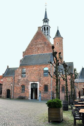 Venlo, im April 2016. Die niederländische Stadt liegt - wie auch Venray - in der Provinz Limburg. Durch den Ort fließt die Maas, der Fluss, der in Frankreich entspringt und in die Nordsee mündet. Venlo ist eine alte Handels- und Hansestadt. Das prächtige Rathaus (Stadthuis) im Renaissance-Stil weist auf den früheren Wohlstand hin. Im Altstadtkern gibt es noch weitere geschichtsträchtige Gemäuer, Kirchen (z. B. die Stint Martinuskerk), Kapellen. Auf dem Rathausplatz findet man Straßencafés, wo man in der Sonne einen Kaffee oder Wein genießen kann. Die Einkaufsmöglichkeiten in der Innenstadt werden auch von den deutschen Nachbarn gerne genutzt. Bei unserer kleinen Holland-Rundfahrt schien zur Abwechslung mal die Sonne und es zeigte sich hier und da ein blauer Fotografierhimmel. Glück gehabt bei den üblichen April-Wetter der letzten Tage. Foto Brigitte Stolle 2016 Fotocollage