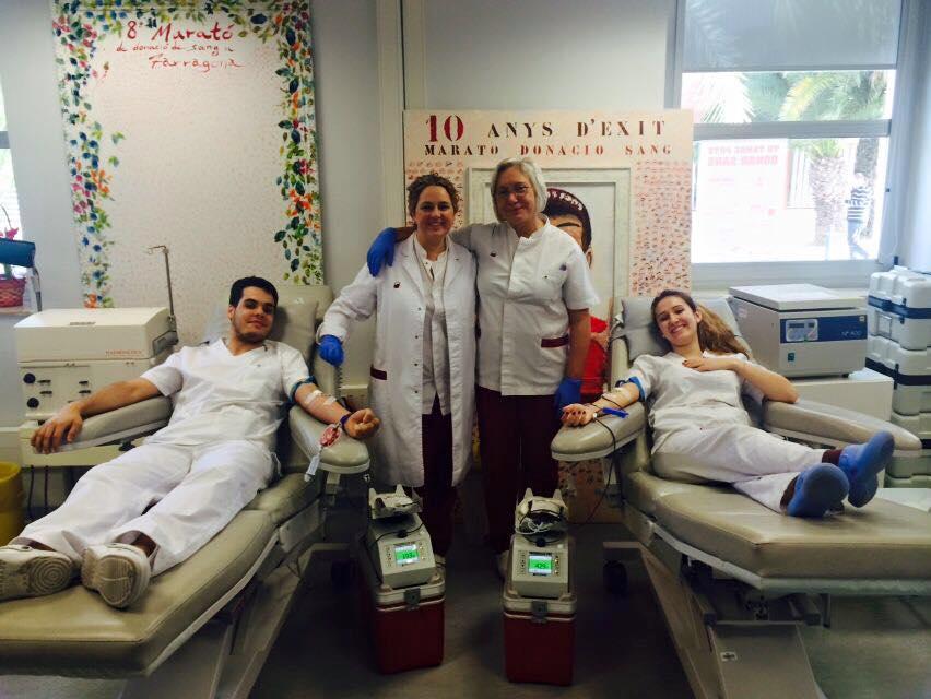 Espai de donació del Banc de Sang a l'Hospital Joan XXIII, amb professional de l'Hospital i del Banc.