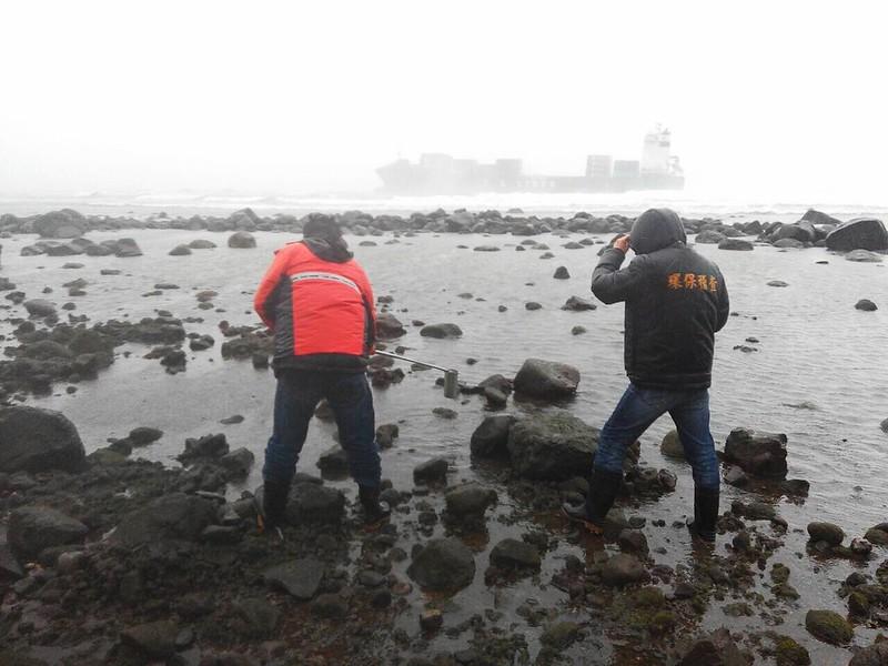 新北市環保局於現場進行海域水質採樣作業。圖片來源:行政院環保署。