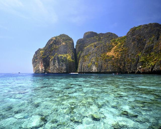 Cristalinas aguas de la bahía de Maya vistas desde nuestro longtail