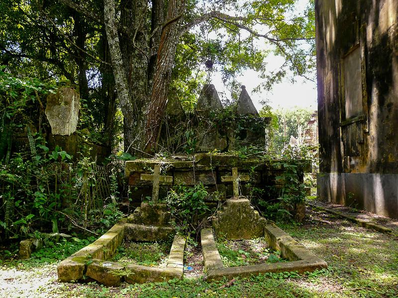 Le cimetière, postérieur à l'époque de la mission