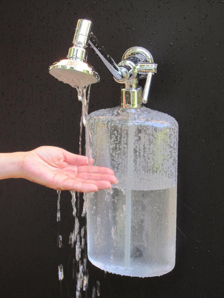 「超強效集水蓮蓬頭」,可將一開始不夠熱的水回收利用。 (圖片來源:Cullector Ultra Efficient Shower)