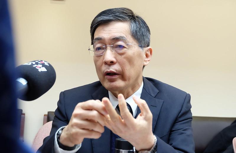 環保署長魏國彥於立院詢答時,表示要為貨輪油污事件下台。攝影:陳文姿