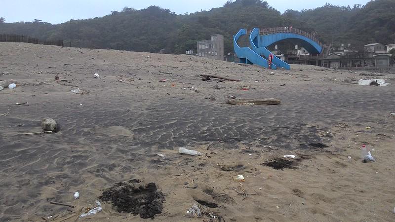 因黃金色沙質而被譽為舊金山沙灘,此刻的黑色沙紋尤啟人疑竇。攝影:林倩如。