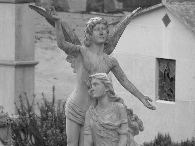 Ángel en el cementerio de los placeres de Lisboa (Portugal)
