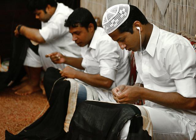 Artesanos cataríes cosiendo en el zoco del oro de Doha
