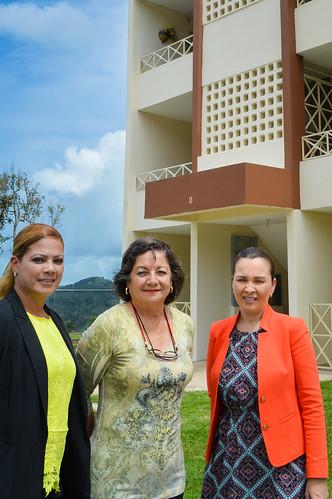 Dianilda Rodriguez de GR Management Corp., Arlene Zambrana de la Oficina de Desarrollo Rural de USDA y Maria Rodriquez-Collazo de PathStone frente al complejo de vivienda de Alturas de Castañer
