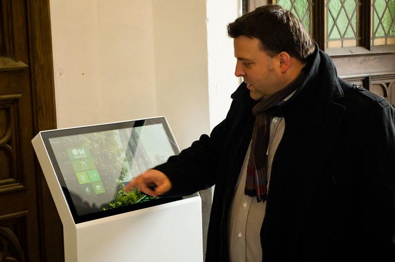 Digitale infozuil aan ingang Sint-Romboutstoren te Mechelen
